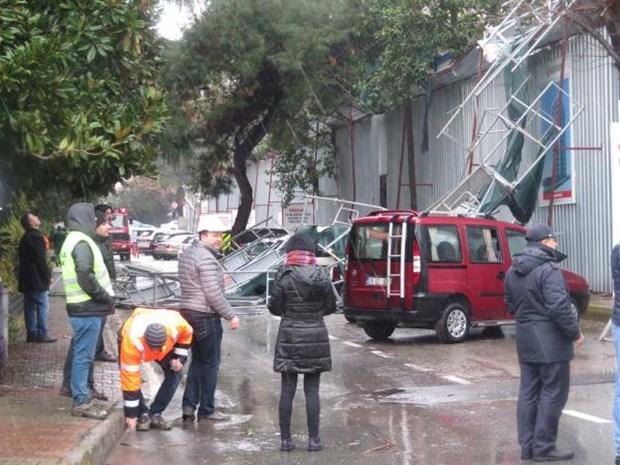 Fırtına Kadıköy'de İnşaat İskelesini Devirdi