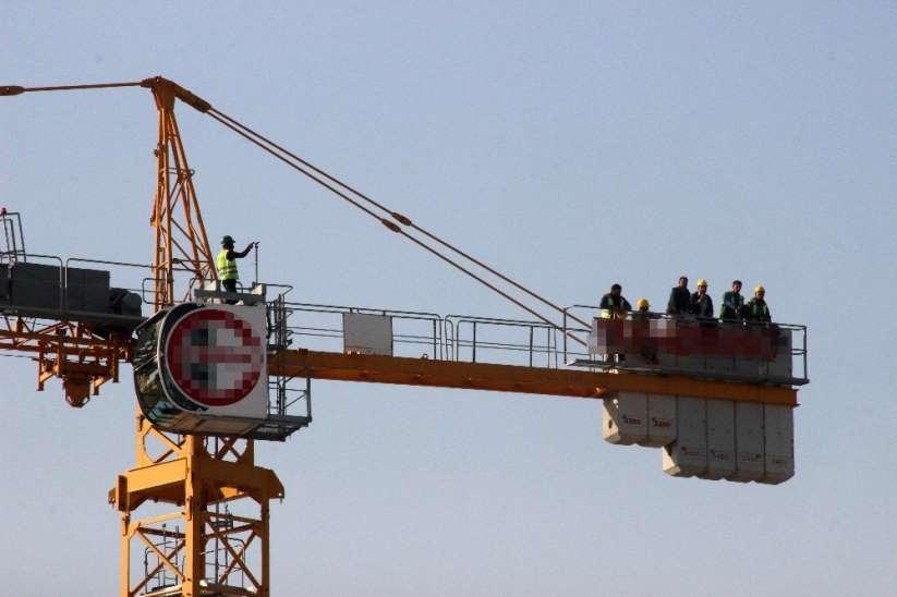 İzmir'de 5 Aydır Maaşlarını Alamayan İşçiler Kule Vince Çıktı