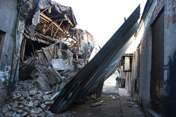 Kemeraltı'nda 150 Yıllık Bina Yıkıldı