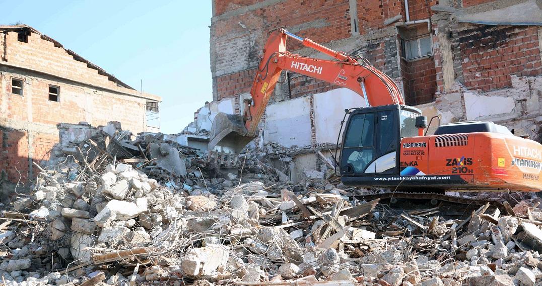 Bayraklı'da Metruk Binalar Belediye Ekipleri Tarafından Yıkılıyor