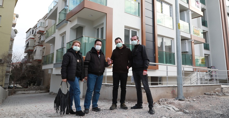 Bayraklı'da 20 Depremzede Ailenin Evleri Teslim Edildi