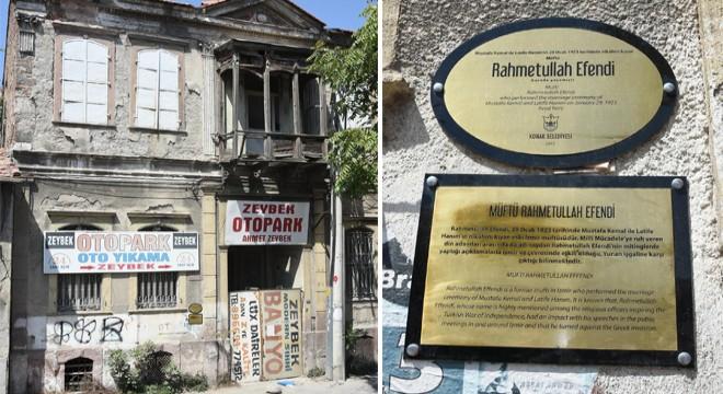İzmir'de Tarihi Eve Tabela Çaktılar