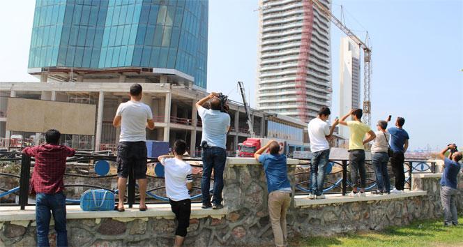 İzmir'deki Gökdelen İnşaatından Cam ve Demir Parçaları Düştü: 1 ölü, 1 yaralı