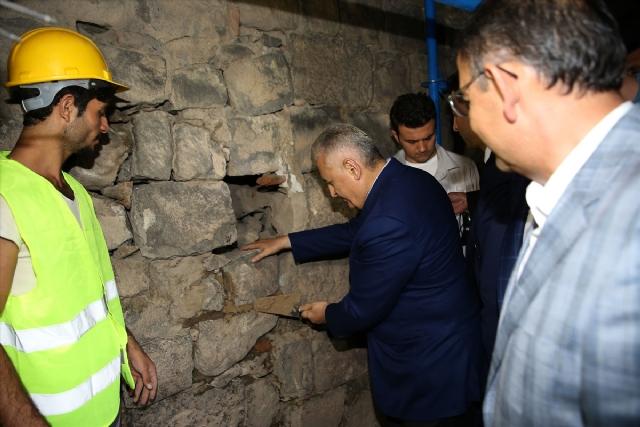 Başbakan Sur'da Duvara Harç Koyup Taş Döşedi