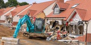 Maaşını Alamayan İnşaat İşçisi Vinçle Binaları Yıktı